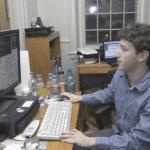 Marck Zuckerberg en su habitación de la universidad jugando con Facebook (2004)