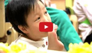 video niño coreano sin brazos
