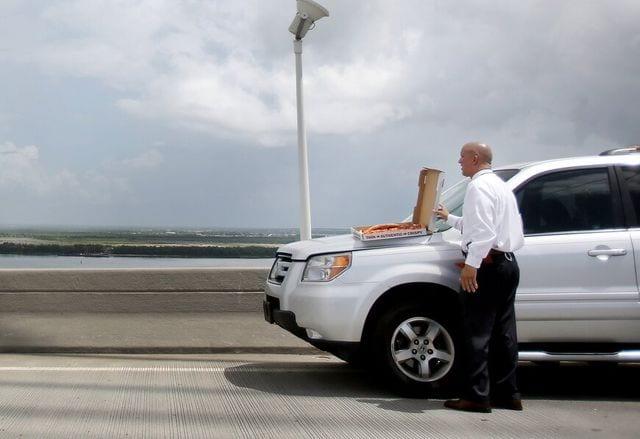 Esta es la táctica que utiliza un policía para evitar que una persona salte de un puente