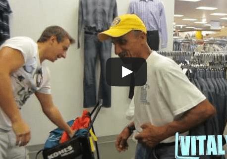 video ayudando a un sin techo
