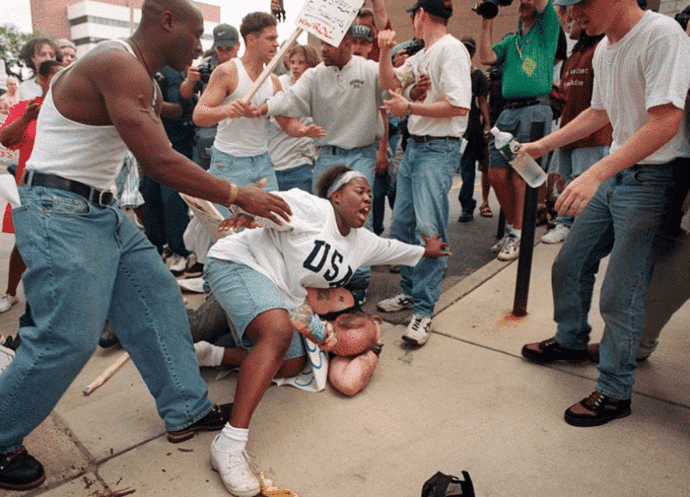 El momento en que una mujer negra protege a un hombre blanco en un mitin del Ku Klux Klan