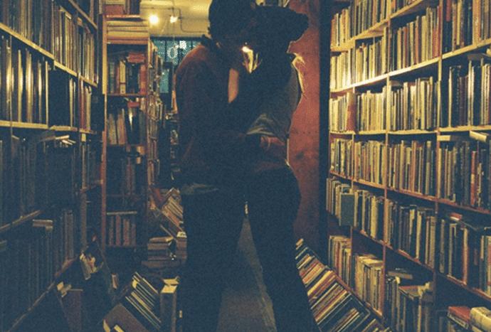 besandose en una biblioteca
