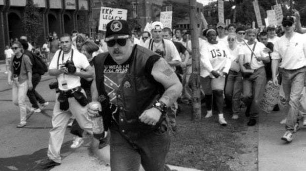 hombre ideologia nazi huye agresores