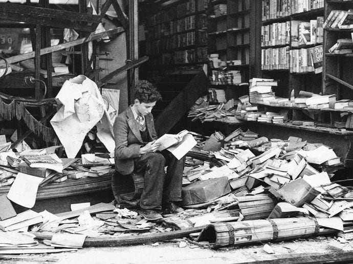 leyendo entre ruinas