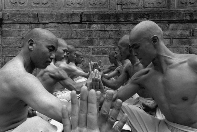 monjes entrenando