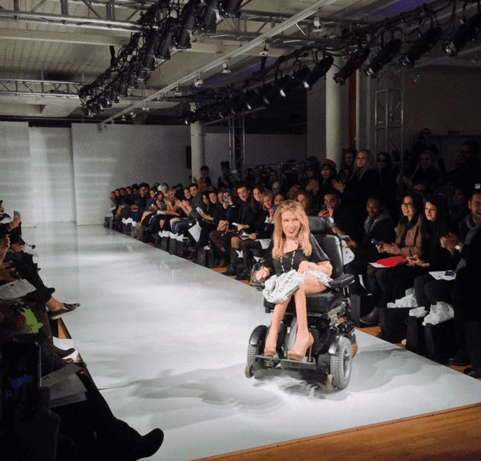 """La mujer que """"desfiló"""" en una silla de ruedas"""