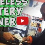 Le regala un billete de lotería premiado a un vagabundo