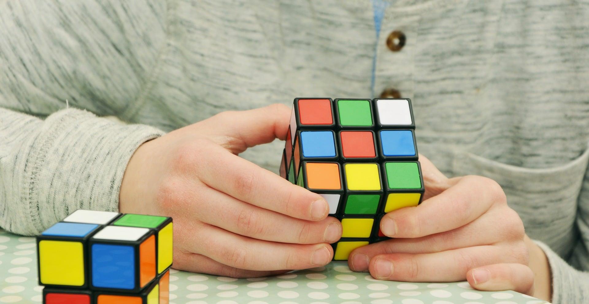 Hacer cubos de rubik te ayudará a concentrarte