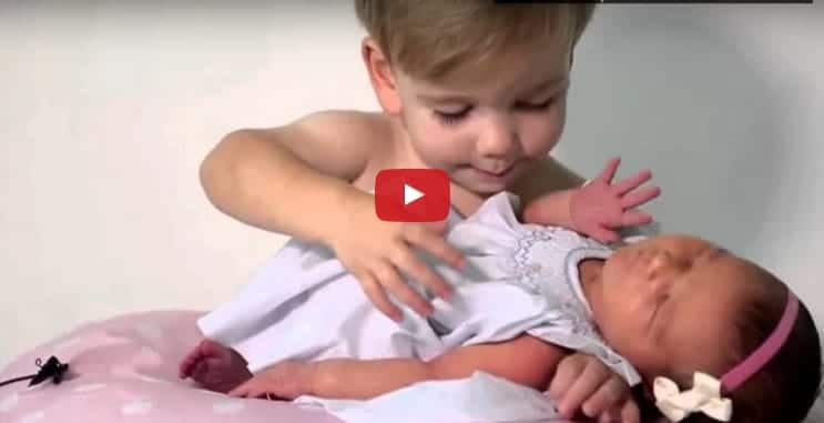 Así reaccionan 6 hermanos a su última y única hermana recién nacida