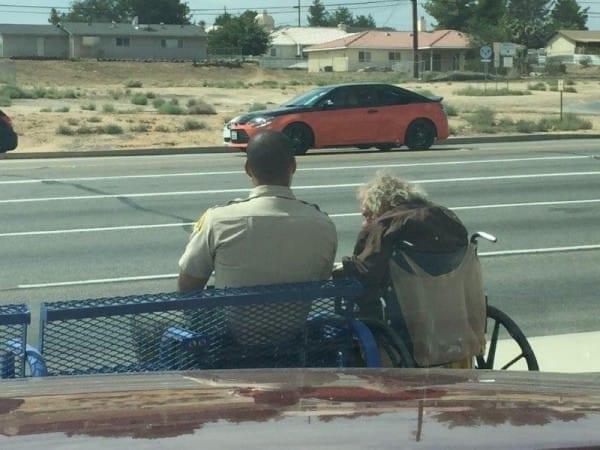 El acto de amabilidad de un policía con un minusválido recorre las redes sociales