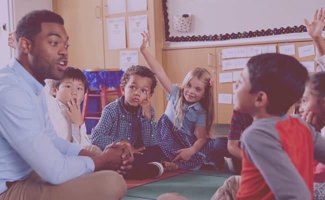 Niños practicando dinámica de integración