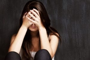 mujer preocupada por enfermedad