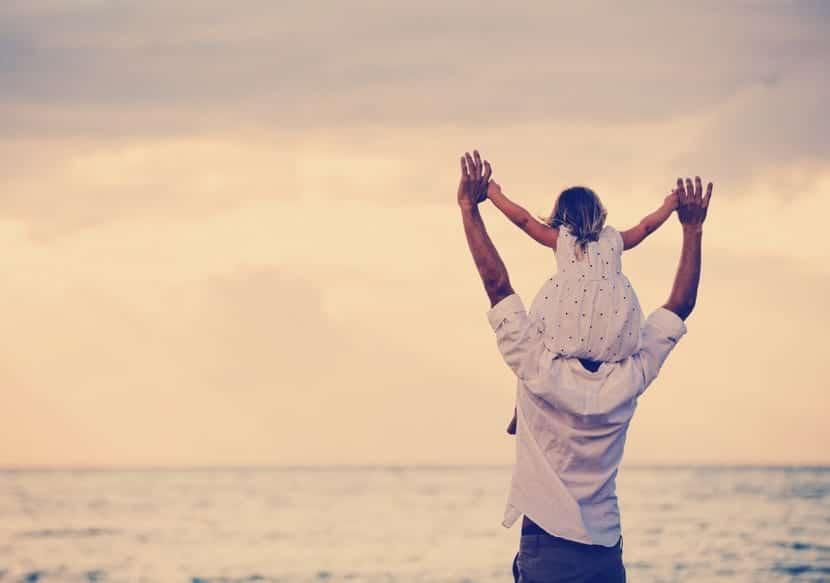 padre e hija felices en la playa