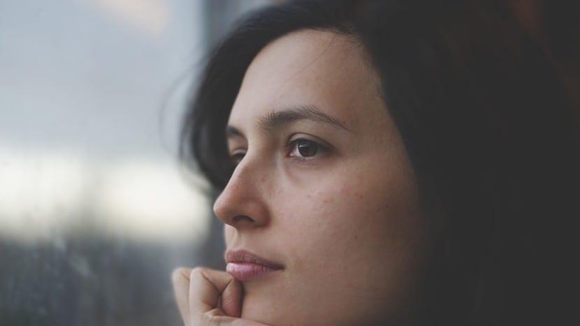 mujer con amnesia intentando recordar