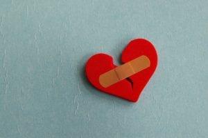 corazón roto con tirita