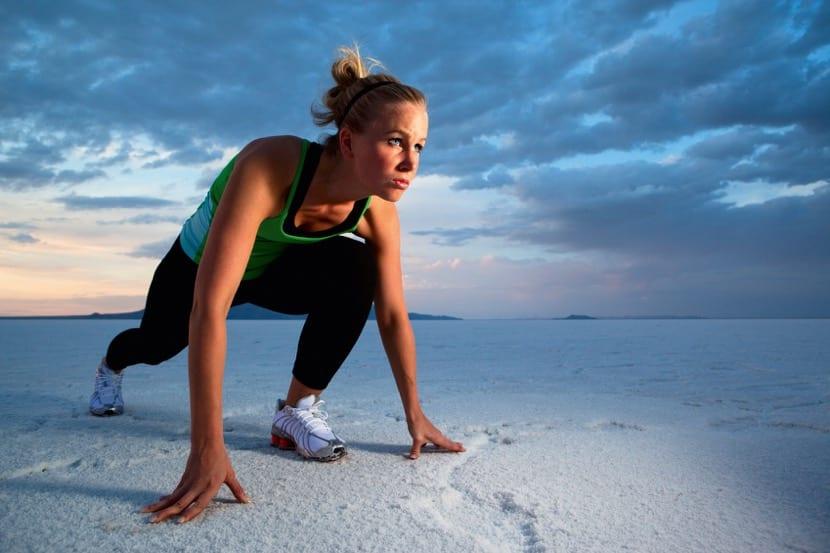 mujer a punto de correr