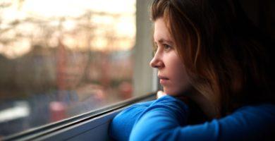 mujer hipersensible mirando por la ventana
