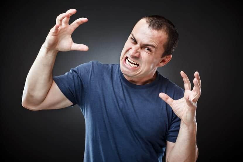hombre hostil muy enfadado
