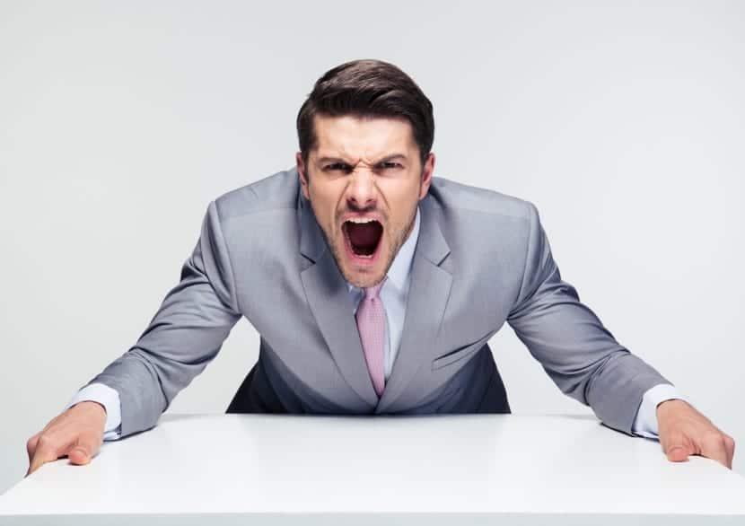 Hombre muy enfadado