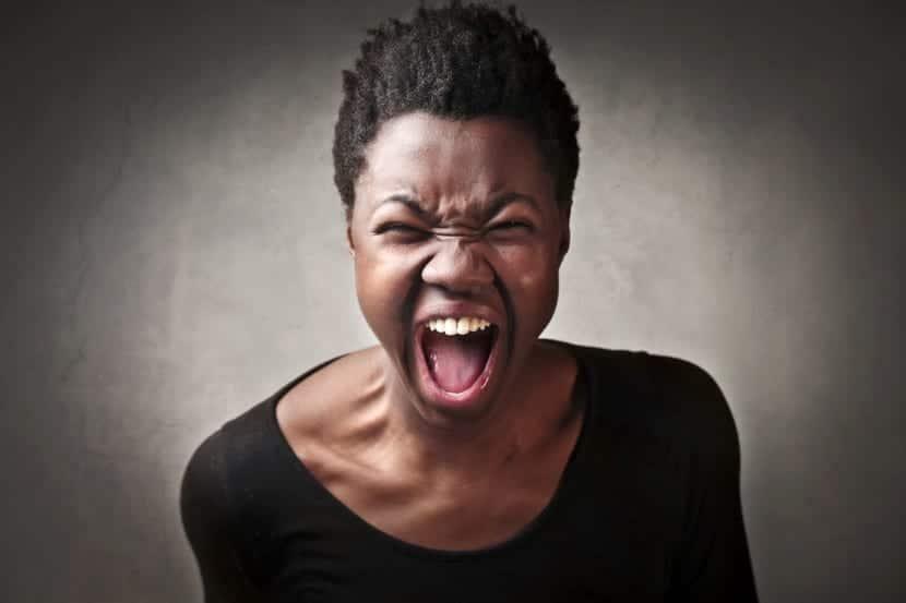 Mujer muy enfadada