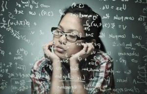 chica que piensa en la teoría de probabilidades