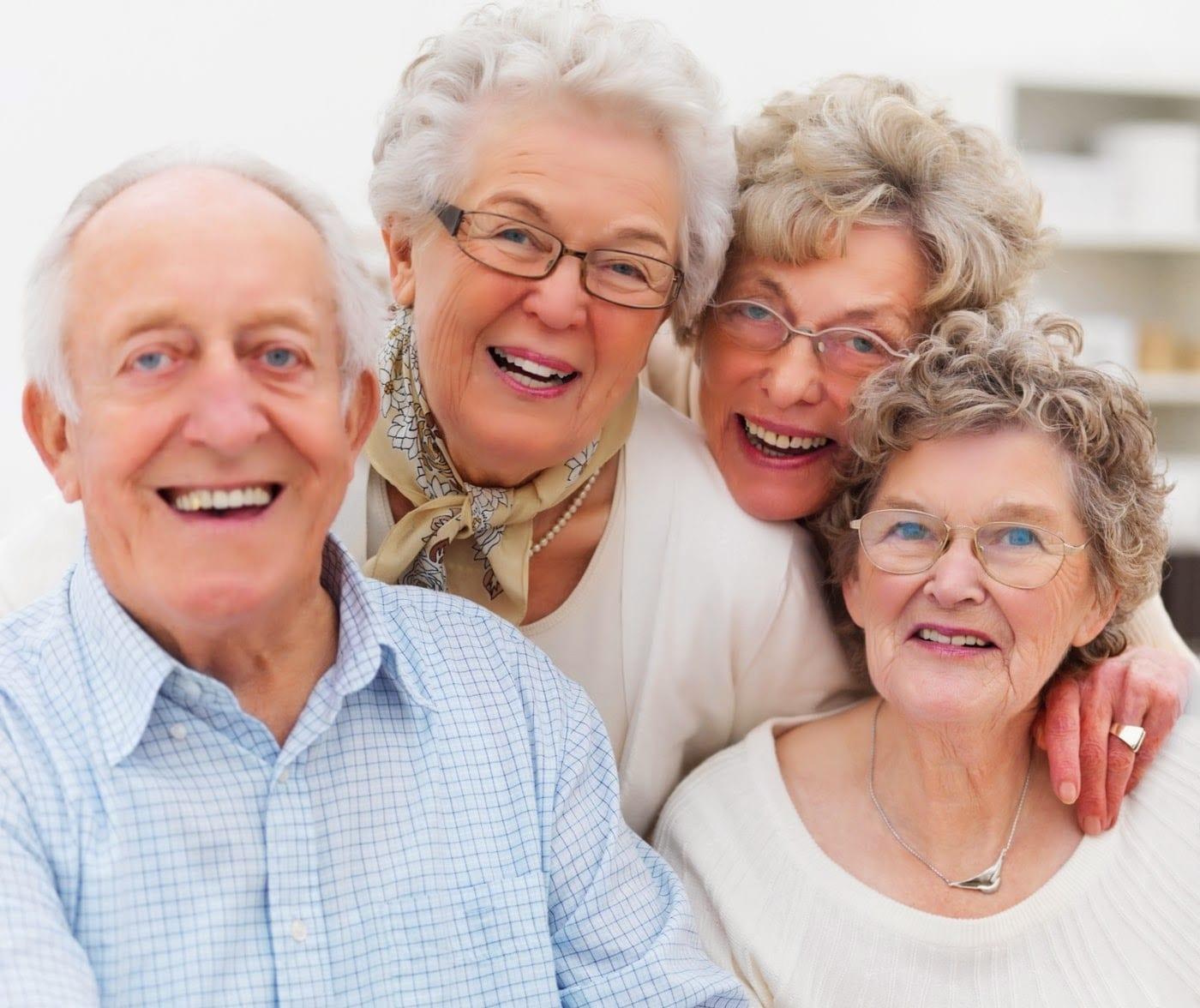 personas mayores riendo
