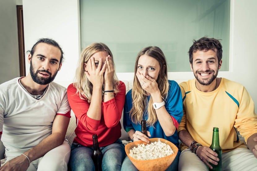amigos viendo tele