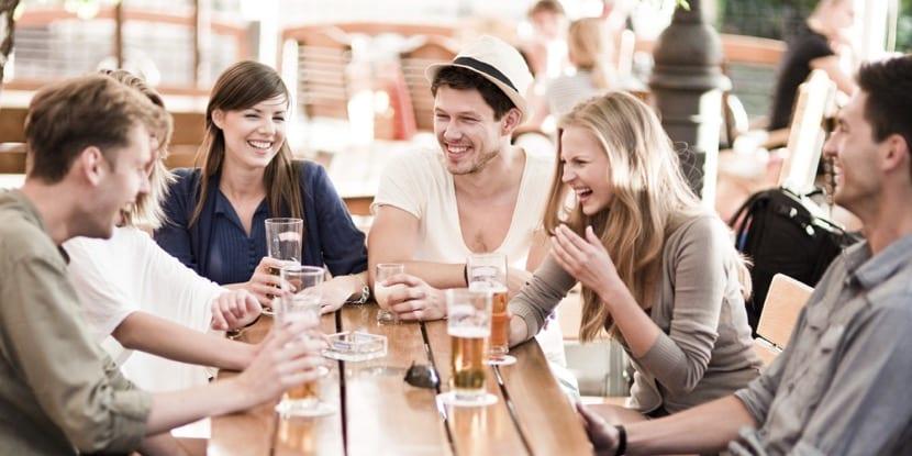 amigos tomando algo en un bar
