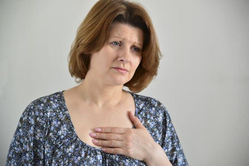 mujer con dolor en el esternón