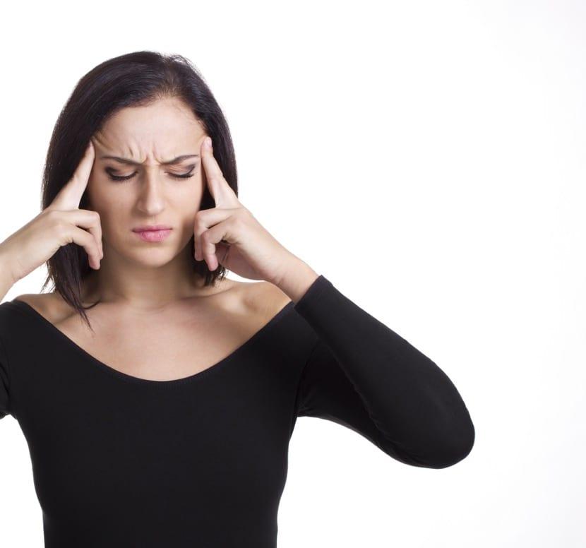 mujer pensando y con dolor de cabeza