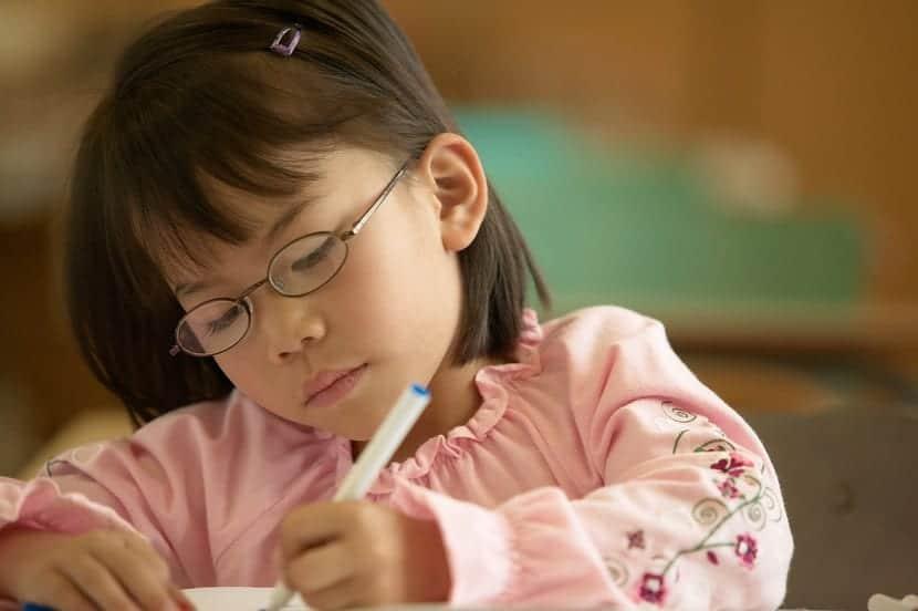 nena con sindrome de turner en la escuela