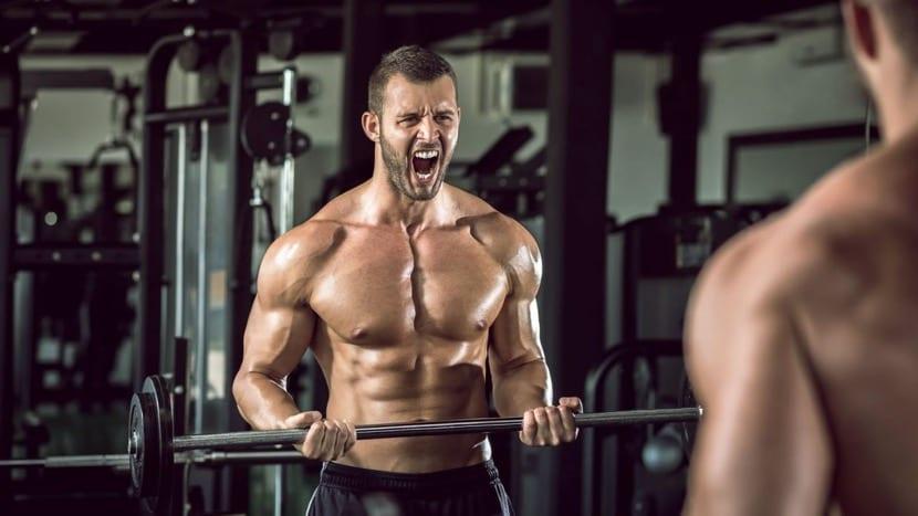 chico obsesionado con los músculos