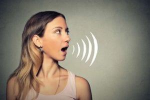 mujer con problemas de habla