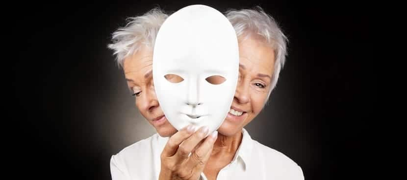Mujer con síntomas del trastorno bipolar
