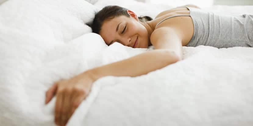 mujer feliz durmiendo