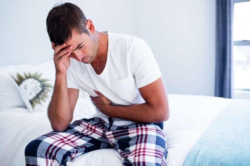 hombre con ansiedad por nervios en el estomago