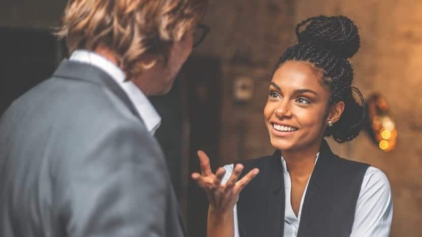 Mujer hablando con un hombre de forma asertiva