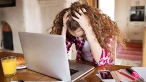 chica sufriendo ciberbullying