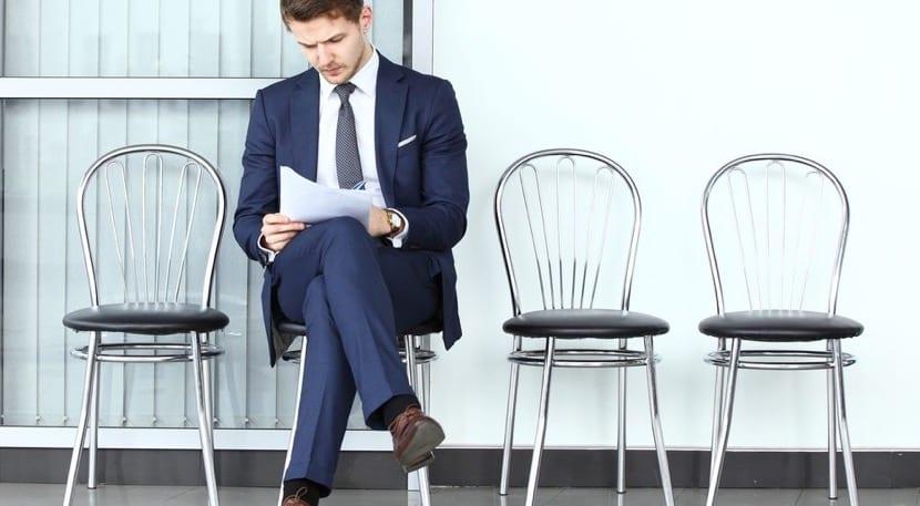 Chico esperando a realizar una entrevista de trabajo