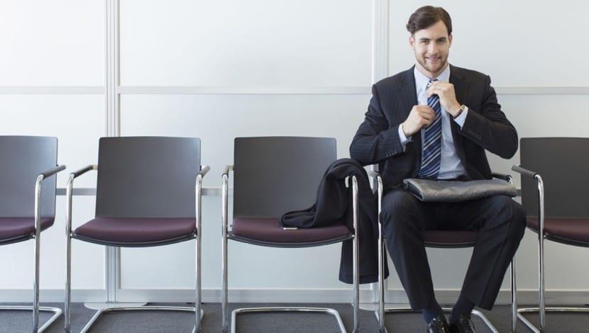 hombre bien preparado para una entrevista de trabajo
