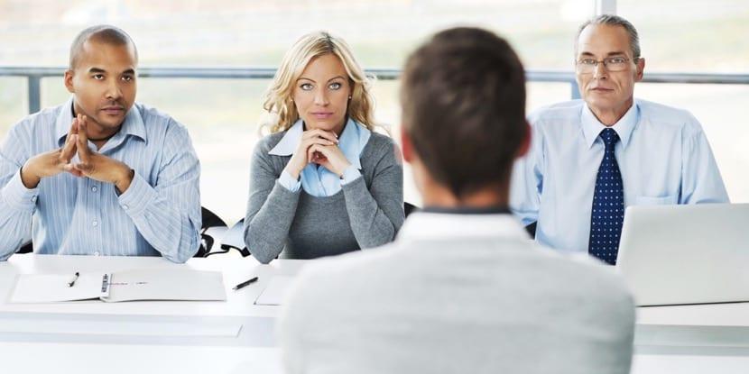 Entrevistadores en mitad de una entrevista de trabajo