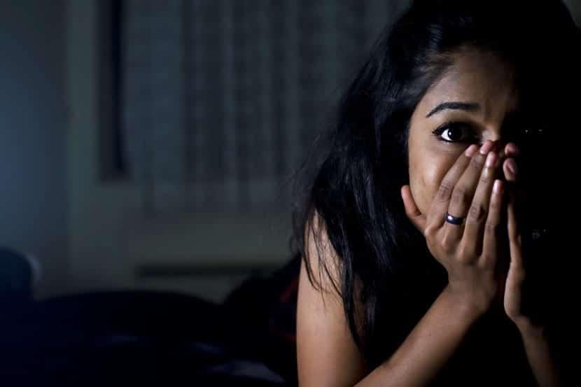 Chica que tiene fobia a la oscuridad