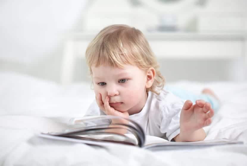 Niño que lee prematuramente por hiperlexia