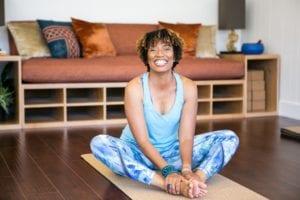 practicar yoga en casa y sentirse mejor