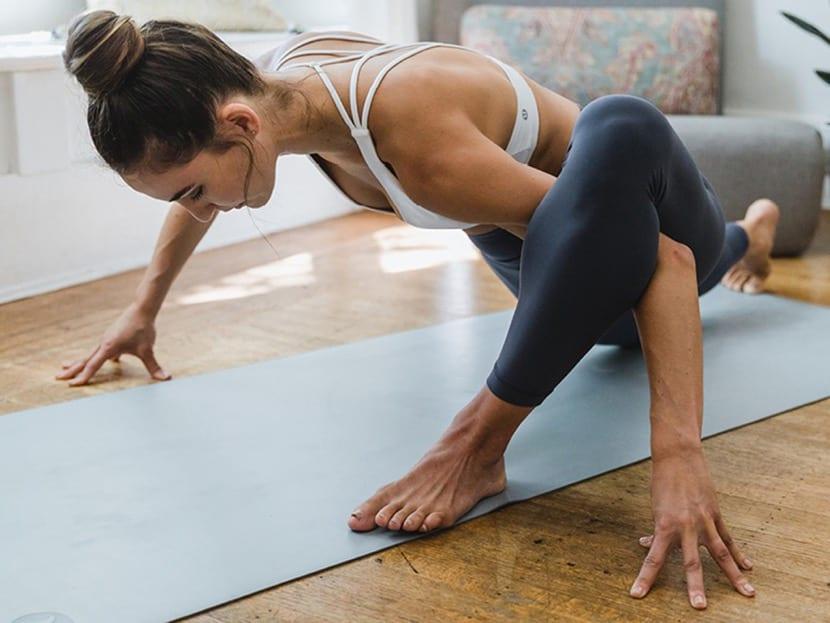 diferentes posturas para practicar yoga en casa