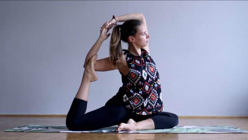 Postura complicada de yoga para hacer en casa