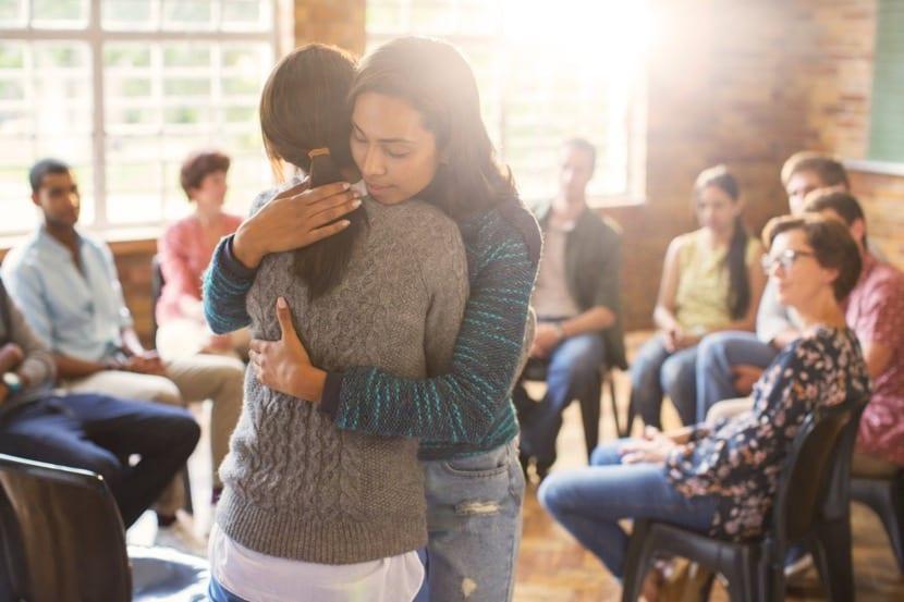 chicas que se abrazan con compasion