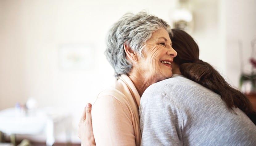 personas compasivas dándose un abrazo