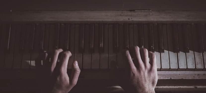 tocando el piano triste por el desamor