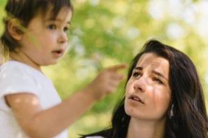 madre que mira hablar a su hijo con disartria